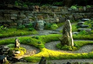 декор в саду из камней